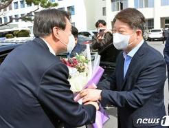 [사진] 꽃다발 받는 윤석열 총장