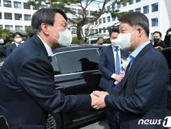 [사진] 악수 나누는 윤석열 검찰총장과 권영진 대구시장