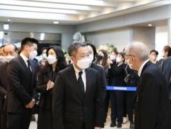 박정원 두산 회장, 故신춘호 빈소 찾아 애도…각계 인사들도 조문