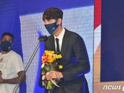 KCC 우승 이끈 송교창, 프로농구 사상 첫 고졸 MVP…전창진, 6번째 감독상