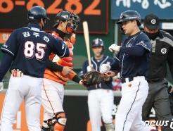 [사진] 3점 홈런으로 되갚은 두산 김재환
