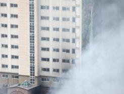 [사진] 아파트 단지 뒤덮는 화재 연기