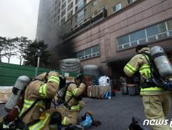 [사진] '방독면 착용하고 화재진압 준비'