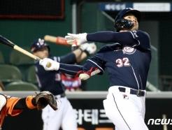 [사진] 김재환, 승리 쐐기밖는 3점 홈런