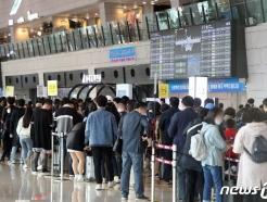 [사진] 국내선 탑승 기다리는 시민들