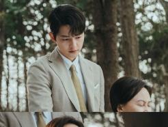 [N컷] '빈센조' 송중기, 고개 숙인 채 눈물…친모 윤복인과 애틋 데이트