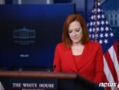 [사진] 침통한 표정으로 브리핑하는 사키 백악관 대변인