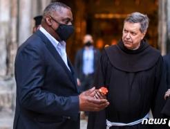 [사진] 성묘 성당서 수도사와 얘기하는 오스틴 국방