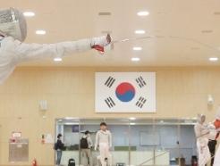 [사진] 태극기 아래 훈련에 열중하는 펜싱 대표팀