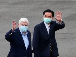 [사진] 대만 도착한 도드 전 상원과 마중 나온 대만 외교
