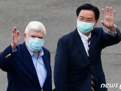 [사진] 손 흔드는 도드 전 美 상원과 우자오셰 대만 외교