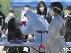 [사진] 코로나 검사받는 중학생들
