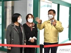 [사진] 예방접종센터 현장 점검하는 정하영 시장