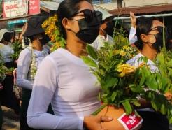 미얀마 최대 축제 '띤잔'…시민은 축제 대신 '조용한 시위'를 택했다