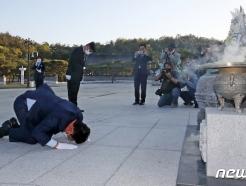 [사진] 5월 영령에게 절하는 송영길