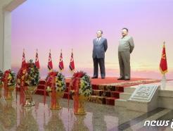 [사진] 태양절 금수산태양궁전 찾은 김정은, 꽃바구니 진정
