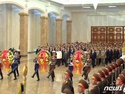 [사진] 태양절 금수산태양궁전 참배나선 정치국 상무위원들