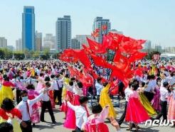 [사진] 태양절 맞아 무도회 벌이는 북한 청년학생들