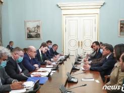 [사진] 드베이바 리비아 총리와 회담하는 미슈스틴 러 총리