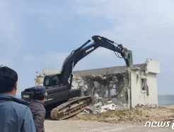 [사진] 해안시설물 철거 지켜보는 주민들