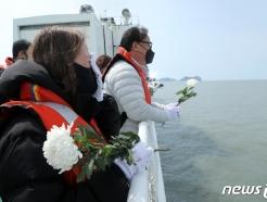 [사진] 세월호 참사 해역서 유가족 '오열'