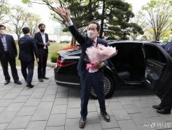 [사진]손 흔들며 떠나는 정세균 총리