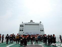 [사진] 세월호 침몰 지점서 선상추모식