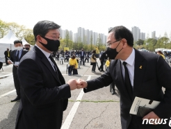 [사진] 세월호 참사 7주기 기억식서 만난 전해철·주호영