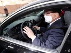 [사진]직접 운전해 나서는 김부겸 총리 후보자