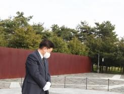 [사진] 우원식 당대표 후보 '너럭바위 바라보며'