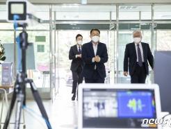 [사진] 9급 공채 필기시험장 점검하는 김우호 처장