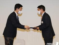 [사진] 위촉장 받는 허범무 서울경제위원회 신임 위원장
