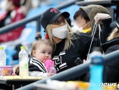 [사진] 켈리 응원 나선 아내와 딸