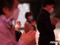 [사진] 합장 기도하는 불자들