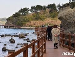 [사진] 호미반도 둘레길 즐기는 관광객들