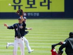 [사진] 홍창기 '공보다 빠르게!'