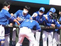 [사진] 삼성 김헌곤 '홈런 좋았어'
