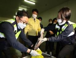 [사진] 日 수입 수산물 검사 과정 지켜보는 김강립 식약처장