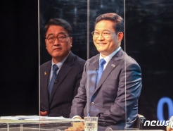 [사진] 합동토론회 준비하는 송영길-우원식