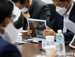 [사진] 페퍼저축은행 배구단 운영 계획 검토하는 단장들