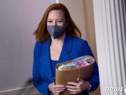 [사진] 두툼한 자료 들고 브리핑 룸 도착하는 사키 대변인
