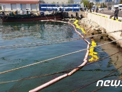 부산항 4부두 해상서 검은색 기름 유출…해경 방제·원인 조사 중