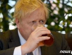 [사진] 펍 야외 테이블서 맥주 마시는 존슨 영국 총리