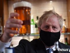 [사진] 마스크 쓰고 맥주 잔 든 존슨 영국 총리