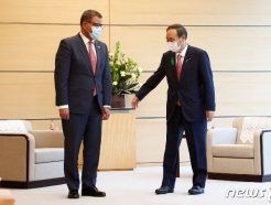 [사진] 샤마 COP26 의장 안내하는 스가 일본 총리