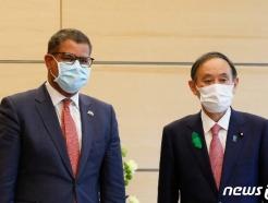 [사진] 샤마 COP26 의장과 포즈 취하는 스가 총리