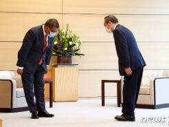 [사진] 샤마 COP26 의장과 인사하는 스가 총리