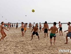 [사진] '노 마스크'로 해변서 공놀이하는 이스라엘인들