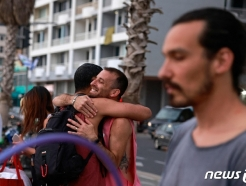 [사진] '노 마스크'로 포옹하는 이스라엘 젊은이들