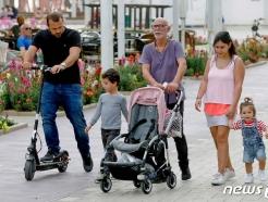 [사진] '노 마스크'로 외출하는 이스라엘 일가족